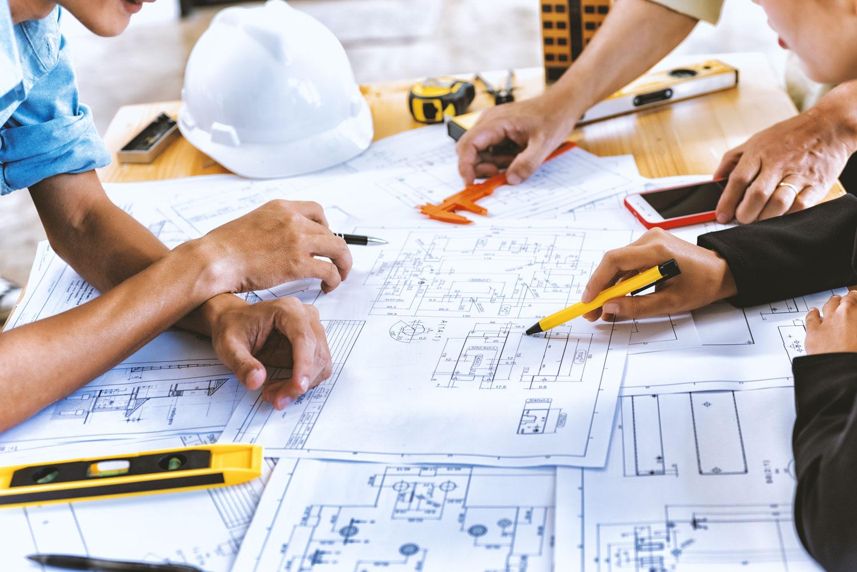 progettista studia disegni per gestione del cantiere
